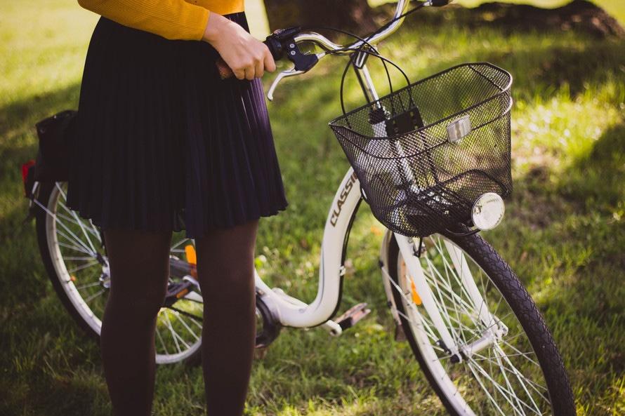 Frau mit Fahrrad 3